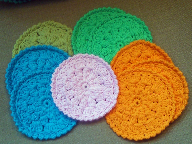 I was hooking these cute cotton coasters - very convenient to stuff in my handbag!